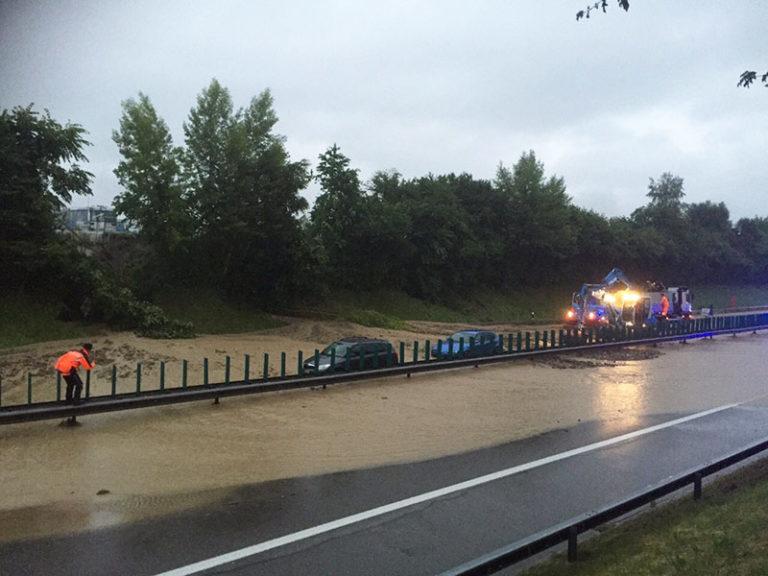 ueberschwemmung-autobahn-a1-wil-polizei-2015@Kapo-800x600px