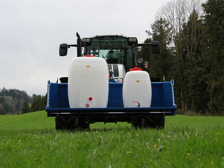 getraenkefaesser-traktor-landwirtschaft-wiese-800x600px