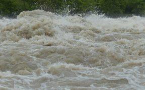 ueberschwemmung-fluss-hochwasser-schmutzwasser-symbolbild-2000x1000px