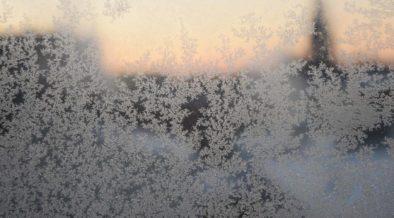 lagerung-winterdienst-eis-an-scheibe-symbolbild-2000x1000px