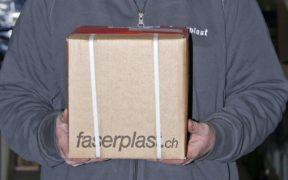 mitarbeiter-mike-gruber-logistik-paket-verpackt-lager-2000x1000px