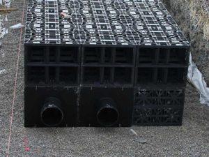 versickerung-holenstein-transporte-versickerungsanlage-sickerblock-aufbau-800x600px