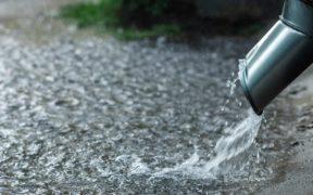wasser-versickerung-symbolbild-regenwasser-hochwasser-regenrohr-2000x1000px