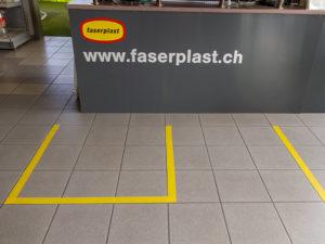 Bodenmarkierungen sorgen dafür, dass der Abstand eingehalten wird.