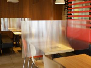 Tische mit Spuckschutz aus Doppelstegplatten