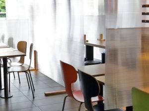 Restaurant mit Schutzmassnahmen aus Doppelstegplatten